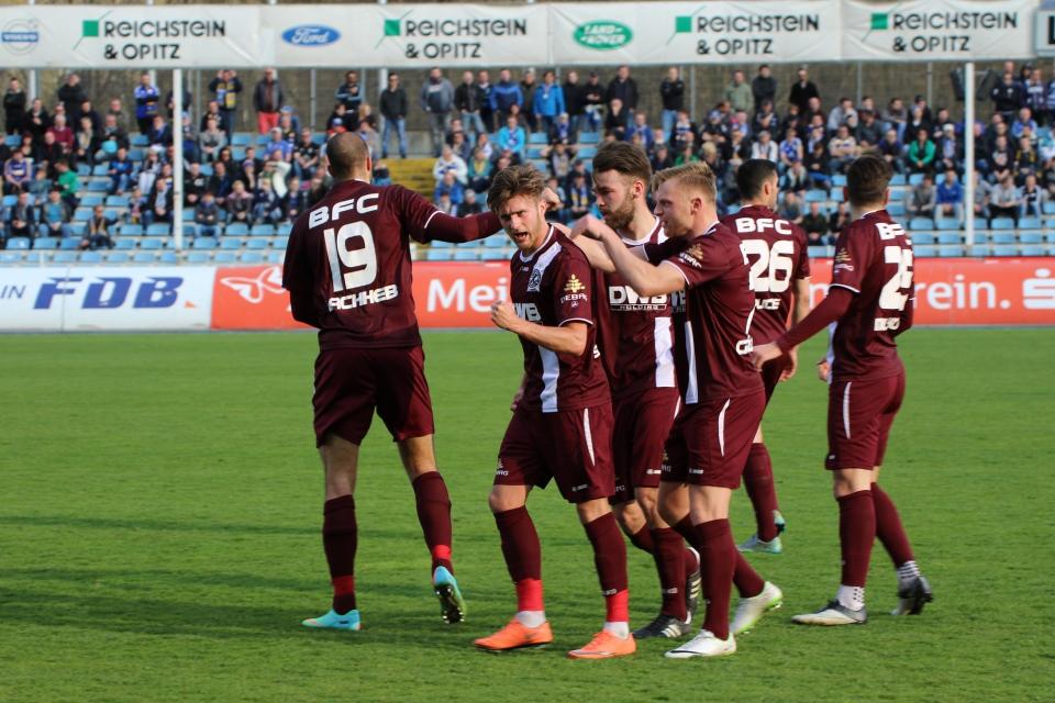 Die Dynamos feiern Schünemann sein drittes Saisontor...