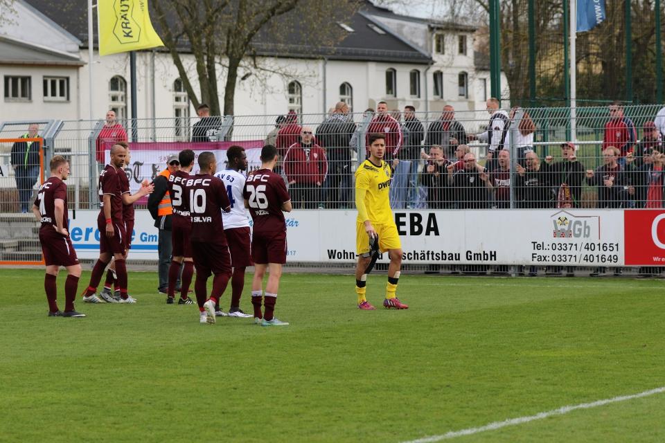 Die Spieler bedanken sich bei den mitgereisten Fans für die Unterstützung...