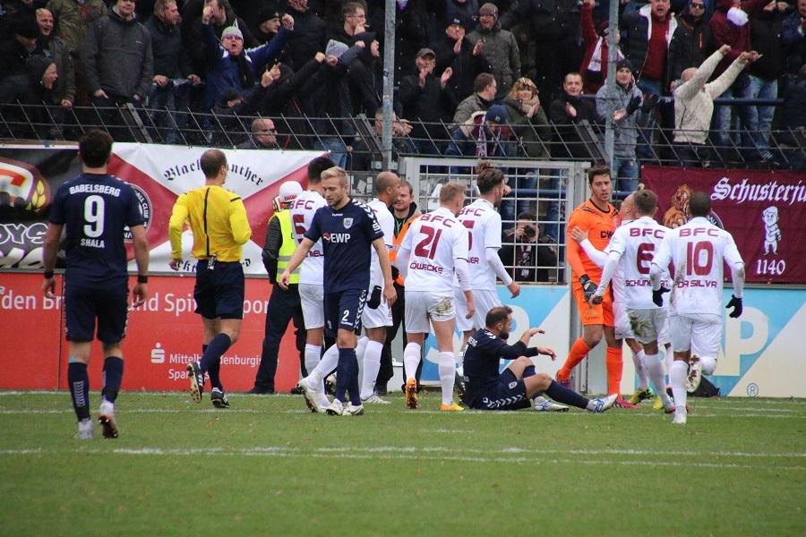 Spielszene: Bernhard Hendl pariert den Elfmeter von Bilal Cubukcu (am Boden sitzend)