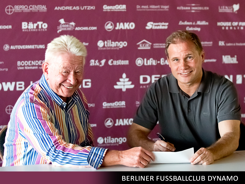 René Rydlewicz bei der Vertragsunterzeichnung mit Präsident Norbert Uhlig...