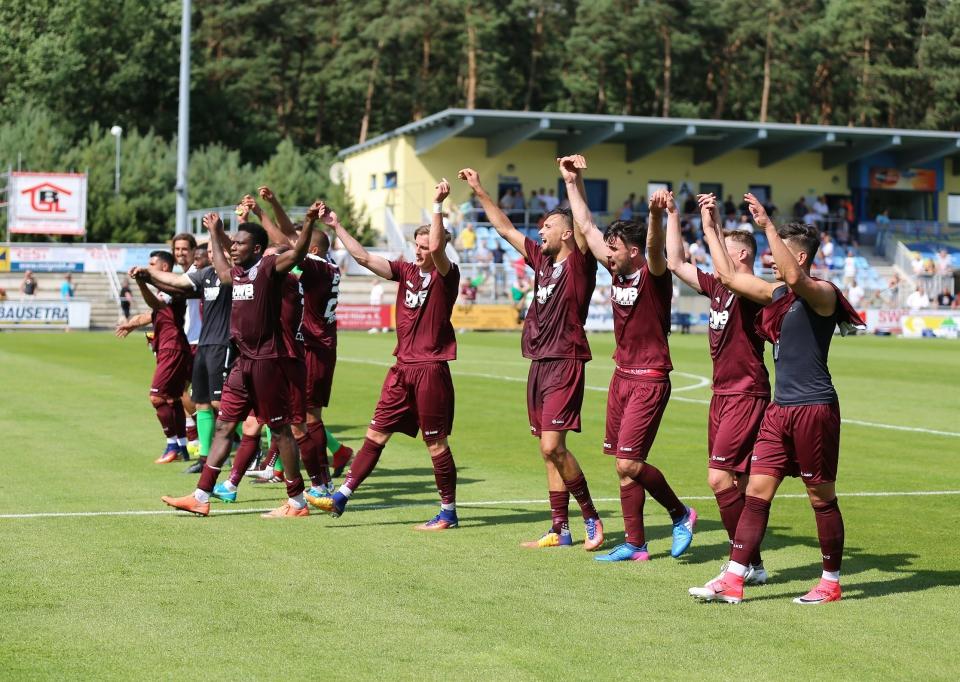 Spieler und Fans feierten die ersten drei Punkte...