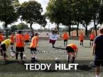 Strahlende Gesichter - Teddy trainiert mit den NBW Kickern